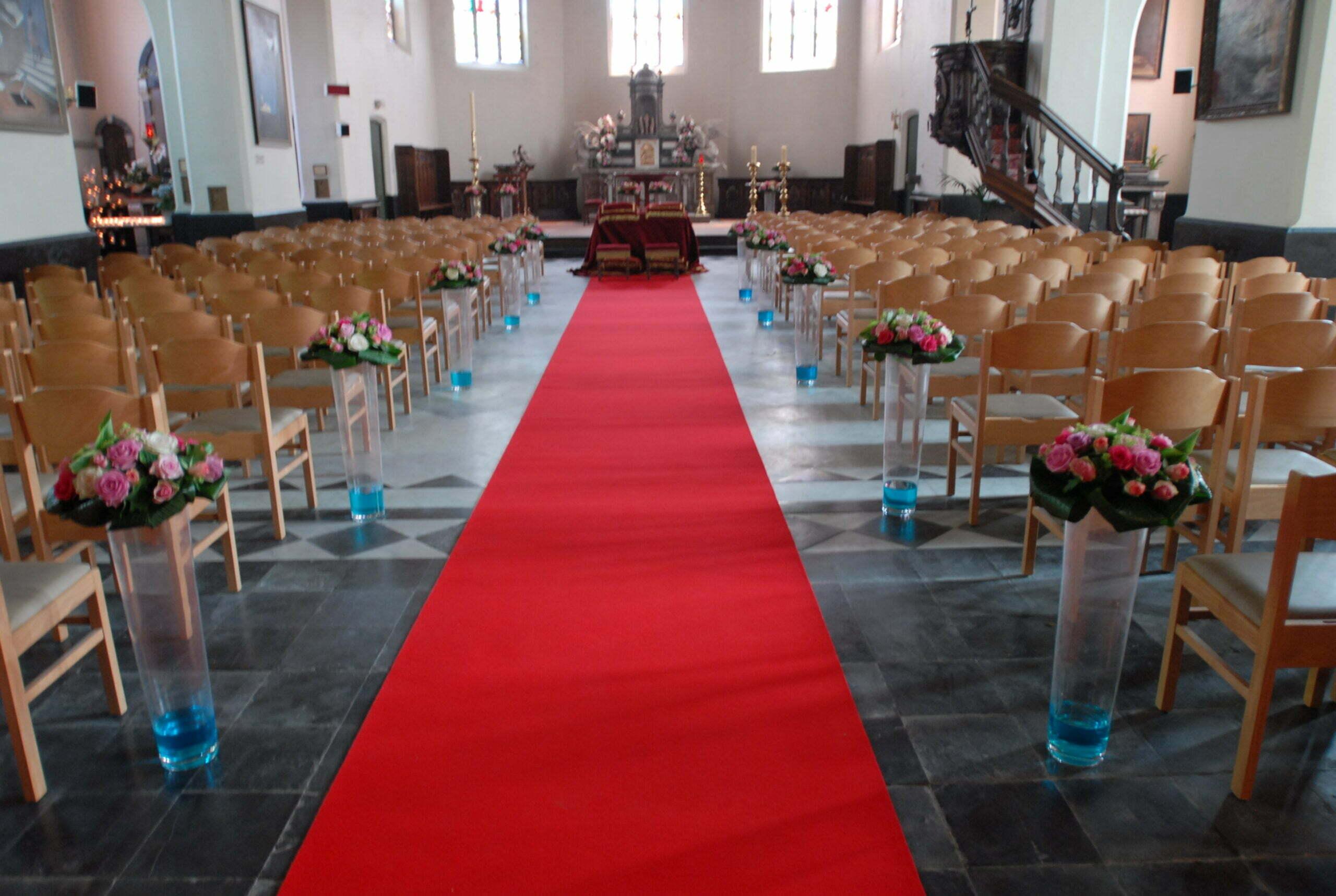 rode loper aan kerk binnen